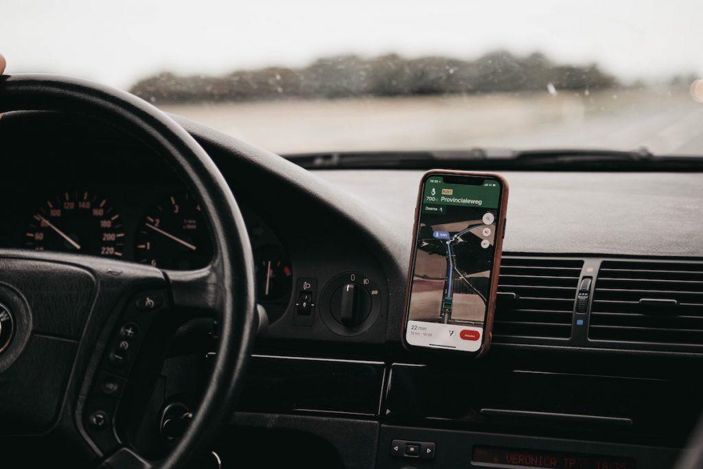 Navigationsgeräte im Test vs Smartphone Navi Apps